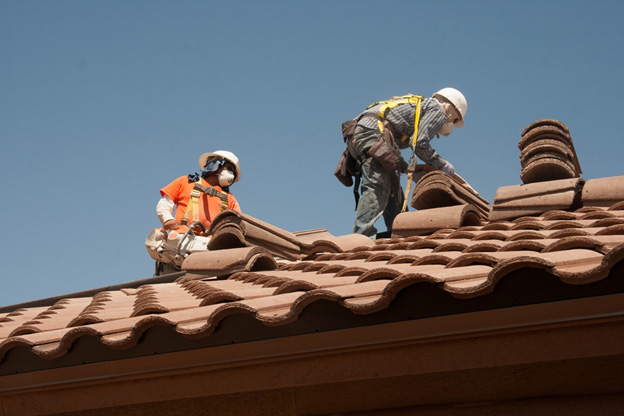benefits of commercial roofers - workers - home improvement - DIY- roofing
